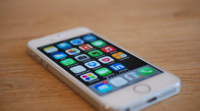 Artikel 13 - Das Bild zeigt ein iPhone auf einem braunen Tisch liegen. Auf dem iPhone ist das Menü geöffnet.