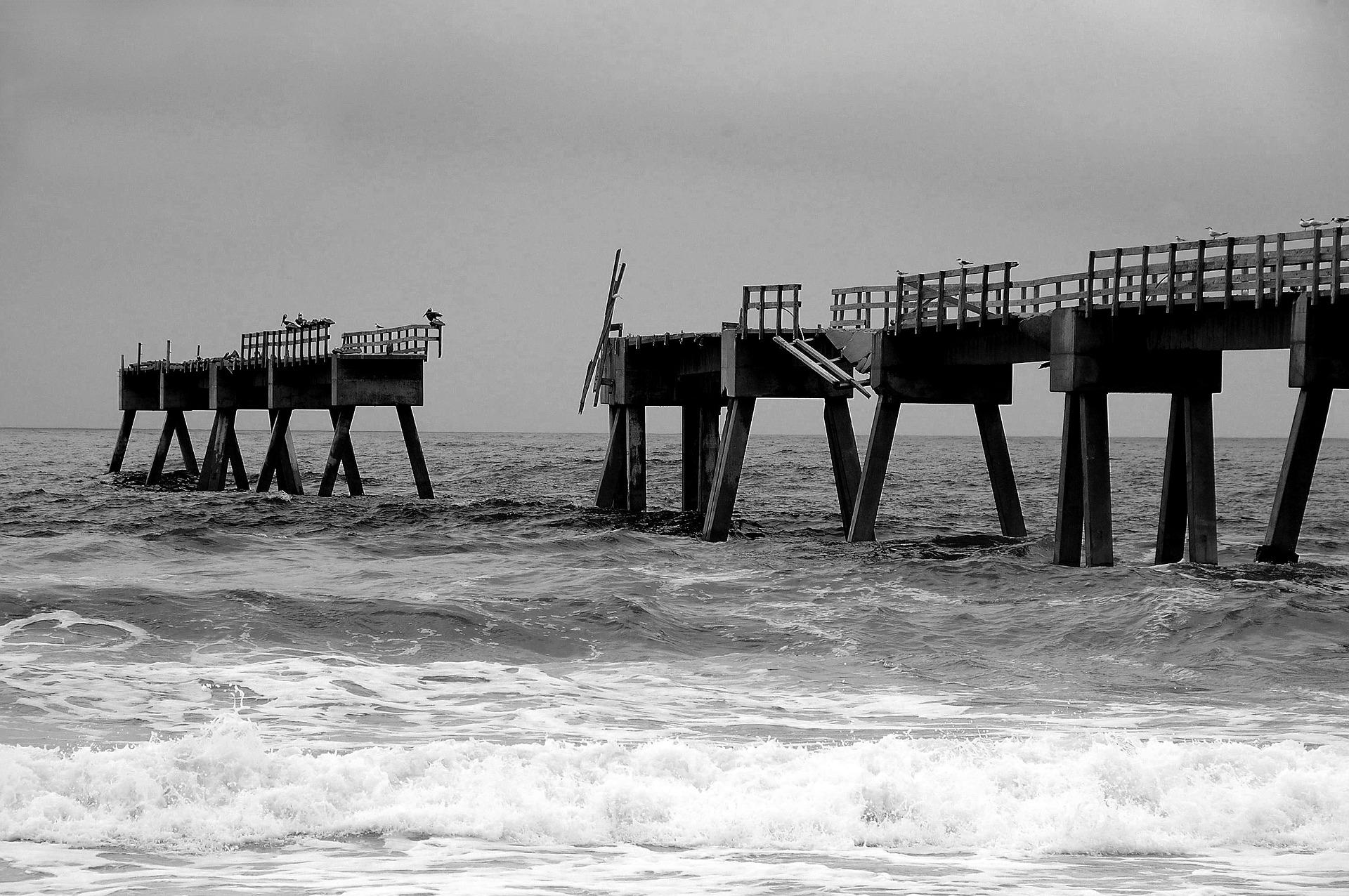 Kaputte Brücke im Meer